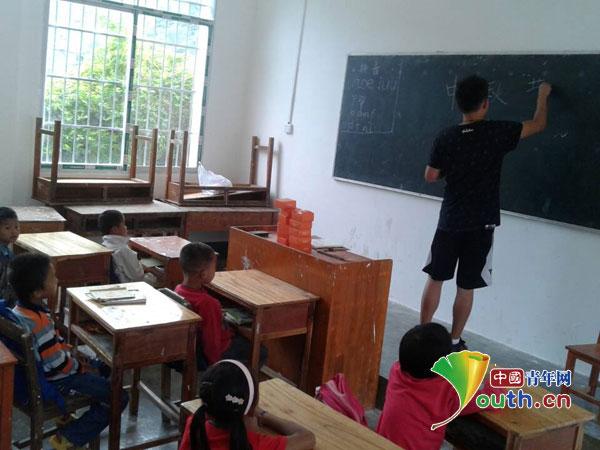 中国人民公安大学/中国人民公安大学研究生支教团陪伴孩子过中秋