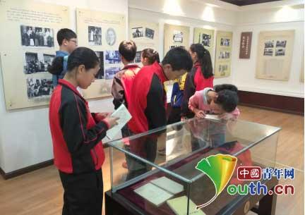 王明哲/图为甘洛师生参观四川大学校史文化博物馆。王明哲摄