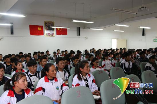 中南民大研支团与藏族学生分享高原书屋故事